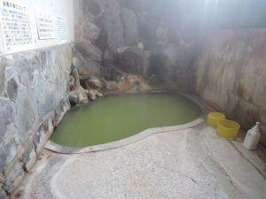 緑色のお湯に猛烈な硫黄臭