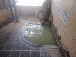 床にお湯の成分がビッシリ