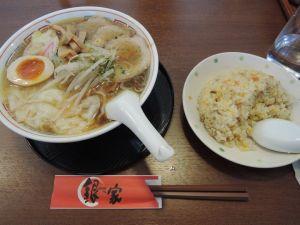お昼は『〇銀家』のワンタン麺に半チャーハン。