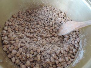 小麦、大豆、種麹を混ぜる