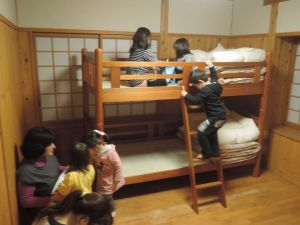 二段ベッドに大はしゃぎ