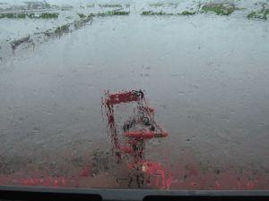 大雨で代かき作業